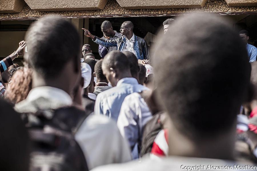 En ce mois de mai 2016, le campus de l'Université Cheikh Anta Diop de Dakar est en effervescence. Une grève mobilise les étudiants de la Faculté des Sciences Juridiques et Politiques : les organisations syndicales militent pour l'abolition de la sélection à l'entrée en Master.