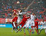 Nederland, Enschede, 18 oktober 2015<br /> Seizoen 2015-2016<br /> Eredivisie<br /> FC Twente-N.E.C. <br /> Spitsuur voor het doel van N.E.C. Met  Jari Oosterwijk van FC Twente en Rens van Eijden aanvoerder van N.E.C.