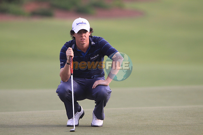 Rory McIlroy lines up his putt on the 18th hole during  Day 2 at the Dubai World Championship Golf in Jumeirah, Earth Course, Golf Estates, Dubai  UAE, 20th November 2009 (Photo by Eoin Clarke/GOLFFILE)