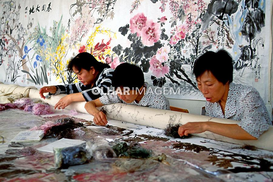 Pintura de painel com linhas em Suzhou. China. 1994. Foto de Nair Benedicto.