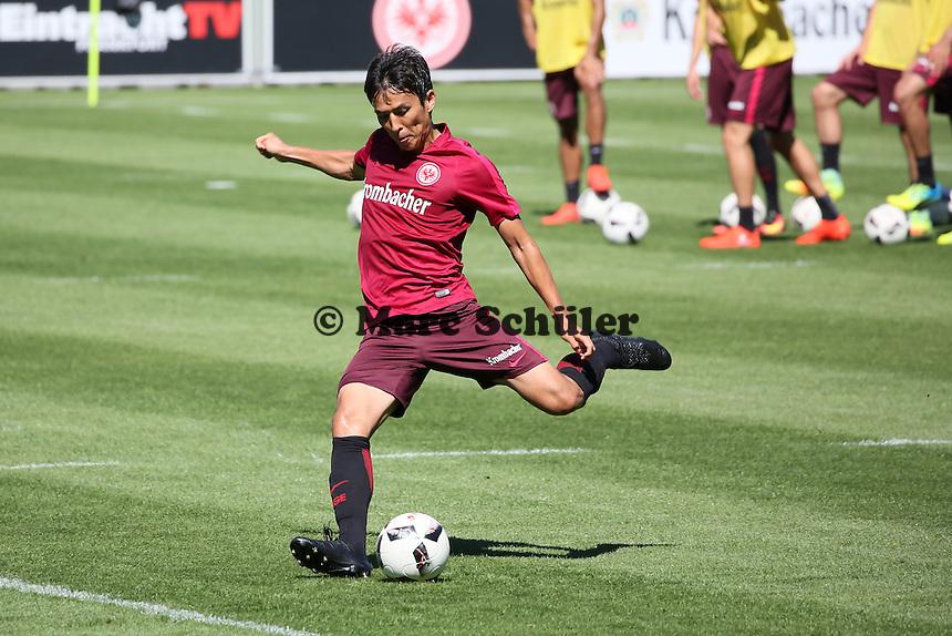 Makoto Hasebe (Eintracht Frankfurt) - Eintracht Frankfurt Training, Commerzbank Arena
