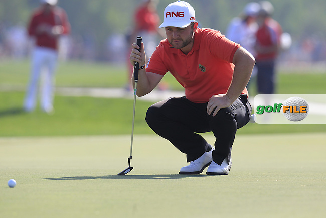 Andy Sullivan (ENG) lines up his putt on the 1st green during Friday's Round 2 of the Abu Dhabi HSBC Golf Championship 2015 held at the Abu Dhabi Golf Course, United Arab Emirates. 16th January 2015.<br /> Picture: Eoin Clarke www.golffile.ie