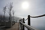 Idaho, Coeur d' Alene. The Coeur d 'Alene Resort boardwalk as the sun burns through morning fog in winter.