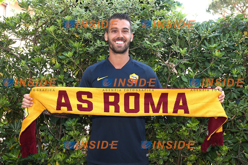 New AS Roma player Leonardo Spinazzola poses for photographers with an AS Roma scarf <br /> Roma 26-06-2019 Villa Stuart <br /> Photo Gino Mancini/Insidefoto