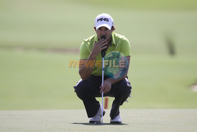 Gareth Maybin lines up his putt on to the 18th green during the opening round of Day 1 at the Dubai World Championship in Jumeirah Golf Estates, Dubai  UAE, 19th November 2009 (Photo by Eoin Clarke/GOLFFILE)