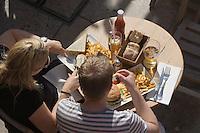 Europe/Provence-Alpes-Côte d'Azur/83/Var/Saint-Tropez: A une terrasse du port, un repas synonyme de mal-bouffe