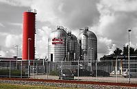 Nederland Amsterdam - Augustus 2019.     Het bedrijf Westpoort Warmte gebruikt restwarmte van het Afval Energie Bedrijf en zorgt in Amsterdam op die manier voor verwarming. Het is een joint-venture van Nuon Warmte en AEB NV.  Het Afval Energie Bedrijf (AEB) is een afvalverwerkingsbedrijf in Amsterdam. Het bedrijf verwerkt afval uit Amsterdam en uit de regio, en heeft de beschikking over afvalverbrandingsinstallaties in het Westelijk Havengebied. Deze installaties gebruiken de bij de verbranding vrijkomende warmte voor het opwekken van energie. Sinds juli liggen vier van de zes verbrandingsovens om veiligheidsredenen stil.   Foto Berlinda van Dam / Hollandse Hoogte