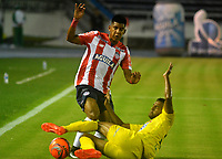 BARRANQUILLA - COLOMBIA - 10 - 05 - 2017: David Murillo (Izq.) jugador de Atletico Junior disputa el balón con Jhonny Cano (Der.) jugador de Atletico Bucaramanga durante partido de la fecha 17 entre Atletico Junior y Atletico Bucaramanga por la Liga Aguila I-2017, jugado en el estadio Metropolitano Roberto Melendez de la ciudad de Barranquilla. / David Murillo (L) player of Atletico Junior vies for the ball with Jhonny Cano (R) player of Atletico Bucaramanga during a match of the date 17th between Atletico Junior and Atletico Bucaramanga for the Liga Aguila I-2017 at the Metropolitano Roberto Melendez Stadium in Barranquilla city, Photo: VizzorImage  / Alfonso Cervantes / Cont.