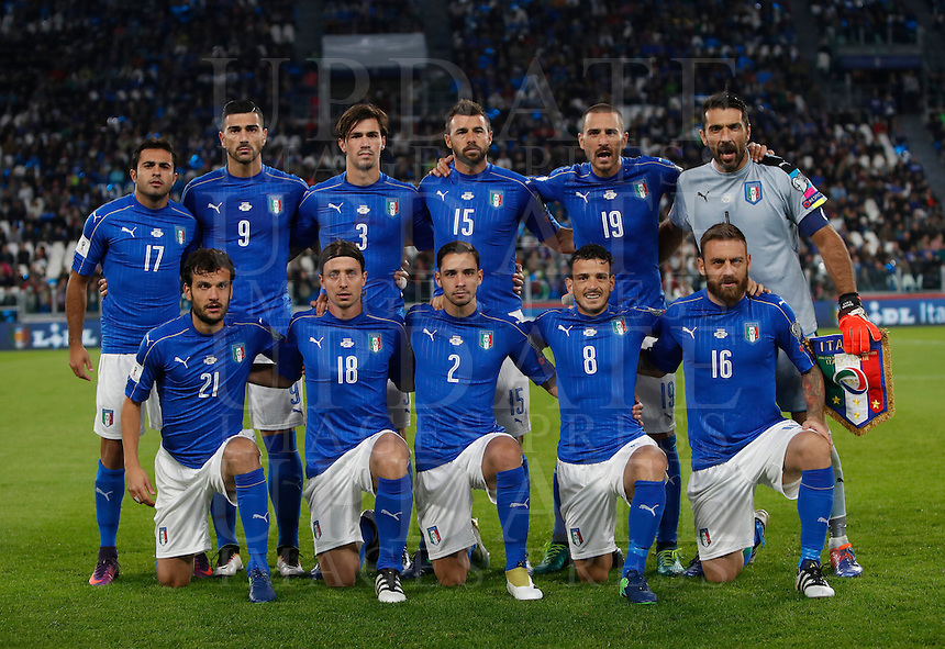 Italy players, front row, from left, Marco Parolo, Riccardo Montolivo, Mattia De Sciglio, Alessandro Florenzi, Daniele De Rossi, back row, from left, Eder, Graziano Pelle', Alessio Romagnoli, Andrea Barzagli, Leonardo Bonucci and Gianluigi Buffon pose prior to the start of the Fifa World Cup 2018 qualification soccer match between Italy and Spain at Turin's Juventus Stadium, October 6, 2016. The game ended 1-1.<br /> UPDATE IMAGES PRESS/Isabella Bonotto