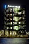 UTRECHT - Kantoortoren Westraven lang het Amsterdam-Rijnkanaal en langs de snelweg A12 bij nacht. Het complex bestaat uit een uit 1975 daterende betonnen toren die in 2007 werd gerenoveerd en uitgebreid met kantoorvleugels aan de voet van de toren. Naar een ontwerp van bureau Cepezed uit Delft is het gehele gebouw bij de renovatie door bouwcombinatie Westraven volledig gestript en vervolgens voorzien van nieuwe plafonds, elektrische installatie en glasgevels. De bouwcombinatie bestond uit BAM Utiliteitsbouw, Ballast Nedam Bouw, Homij Technische Installaties en technische dienstverlener Imtech. COPYRIGHT TON BORSBOOM