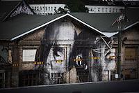 **Hinweis: Dieses Bild ist Teil der Fotostrecke Streetart JR**<br /> Berlin, Bilder des franz&ouml;sischen K&uuml;nstlers JR am Freitag (17.05.13) in Berlin. Der Streetartist JR brachte f&uuml;r sein Projekt &quot;The Wrinkles Of The City&quot; Schwarz/Wei&szlig;-Portraits von Berliner Senioren an verschiedene H&auml;userw&auml;nde in Berlin an. Die dazugeh&ouml;rige Ausstellung in der Galerie Henrik Springmann findet bis zum 25.05.2013 statt.<br /> Foto: Maja Hitij/CommonLens