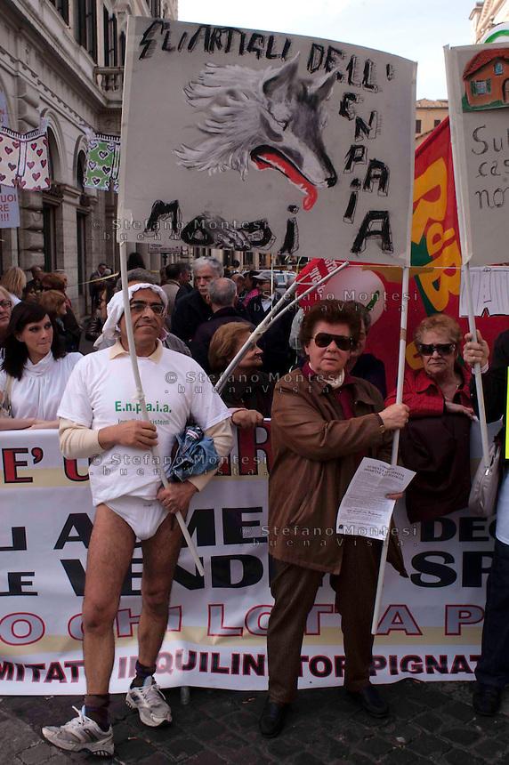 Roma 21 Aprile 2010.Protesta in mutande, degli inquilini degli enti privatizzati .Protesta in mutande, quella di oggi pomeriggio alle ore 16.00 avanti alla Prefettura di Roma, dell l'AS.I.A./RdB insieme ai numerosi Comitati degli inquilini degli enti privatizzati (Enasarco, Enpaia, Enpam, Fondo pensioni Unicredit, Casse geometri, ragionieri, notariato, Inarc) per chiedere un tavolo di confronto con tutte le proprietà che hanno avviato le procedure di vendita o di rinnovo di contratti in regime di libero mercato..La singolare iniziativa dei Comitati intende richiamare l'attenzione  su una condizione che riguarda migliaia di inquilini romani, strangolati di rincari dell'affitto, minacce di sfratto e dismissioni selvagge..Rome April 21, 2010.Protest in his underwear, of  the tenants of privatized entities.Protest underwear, that afternoon at 16.00 ahead of the Prefecture of Rome, AS .IA / RdB along with several committees of the tenants of privatized entities (Enasarco, Enpaia, ENPAM, Pension Fund Unicredit, Crates surveyors, accountants, Notaries, Inarca) asking for a comparison table with all properties that have started the procedures for sale or renewal of contracts in the free market..The unique initiative of the Committee wishes to draw attention to a condition that affects thousands of tenants Romans strangled by the rent increases, eviction threats and disposals wild.