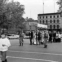 Zouaves pontificaux - Procession religieuse<br />  Entre le 14 et le 20 juin 1965<br /> <br /> Photo Photo Moderne