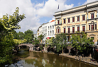 De Oude Gracht in de binnenstad van Utrecht. Rechts de Winkel van Sinkel, horeca gelegenheid