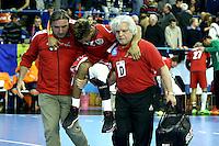 Raul Santos este transportat de medicul echipei la pauza meciului