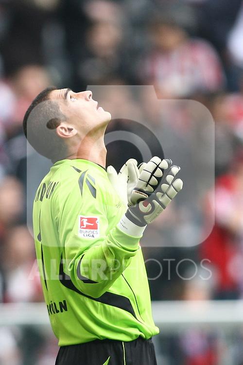 18.09.2010, Allianz Arena, Muenchen, GER, 1.FBL, FC Bayern Muenchen vs 1.FC Koeln, im Bild  Bedankt sich Faryd Mondragon (Koeln #1) , Foto © nph / Straubmeier