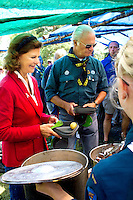 King Carl Gustav  and Queen Silvia having meatballs for lunch at the camp with local troop. Photo: Mikko Roininen / Scouterna