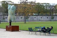 FRANCIA - Parigi - Giardini delle Tuileries - ottobre 2004 - Mostra di sculture di IGOR MITORAJ -.In occasione dell'anno della Polonia vengono presentate a Parigi, dopo Cracovia, Varsavia e Roma una ventina di opere in bronzo e marmo - .Mitoraj nasce il 26/3/1944 a Oederan da madre polacca e padre francese -Ora vive tra Pietrasanta, dove ha lo studio, e Parigi