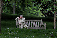 LONDON-UK- 24-05-2008. Hombre sentado en el Hyde Park, Londres. Man sitting at Hyde Parks, London. Photo: VizzorImage