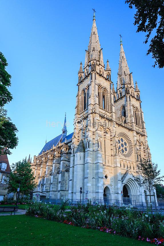 France, Allier (03), Moulins, la cathédrale le soir // France, Allier, Moulins, the cathedral