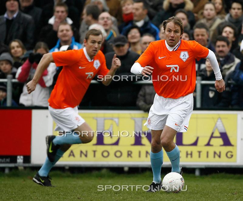 Nederland, Haarlem, 3 januari 2008 .Koninklijke HFC-Oud-Internationals (3-3) .Rob Witschge (r) in actie met bal. Links zijn broer Richard Witschge