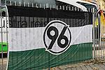 Am heutigen Sonntag (15.11.2009) nahmen die Fans und Freunde des am 10.11.2009 verstorbenen Nationaltorwartes Robert Enke ( Hannover 96 ) Abschied. In der groessten Trauerfeier nach Adenauer kamen rund 100.000 Tr&scaron;uergaeste zur AWD Arena. Zu den VIP z&scaron;hlten u.a. Altkanzler Gerhard Schroeder, Bundestrainer Joachim Loew und die aktuelle DFB Nationalmannschft. Die Trauer sowie Vertreter der einzelnen Bundesligamannschaften und ehemalige Vereine in denen er gespielt hat. Der Sarg wurde am Mittelpunkt um Stadion aufgebahrt. Trauerreden hielten u.a. MIniterpr&scaron;sident Christian Wulff, DFB Pr&scaron;sident Theo Zwanziger , Han. Pr&scaron;sident Martin Kind <br /> <br /> Feature<br /> Fans haben eine groŖe Hannover96-Fahne mit Abschiedswuenschen beschrieben.<br />  <br /> Foto: &copy; nph ( nordphoto )  <br /> <br />  *** Local Caption *** Fotos sind ohne vorherigen schriftliche Zustimmung ausschliesslich fŁr redaktionelle Publikationszwecke zu verwenden.<br /> Auf Anfrage in hoeherer Qualitaet/Aufloesung