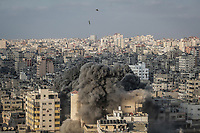 dpatop - A missile fired by an Israeli aircraft lands on a multi-storey building in Gaza City, Gaza Strip, 09 August 2018. According to the Israeli Army, Israel has launched a wave of airstrikes on the Gaza strip in response to more than 180 rockets and mortars being fired into Israel, and gunfire earlier Wednesday that targeted civilian construction workers on the Gaza border. Photo: Emad Awad/dpa /MediaPunch ***FOR USA ONLY***