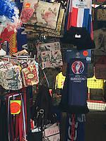 Zeitschriftenstand am Boulevard Haussmann in Paris verkauft Fahnen und Fanartikel für die EM - EM 2016: Rumänien vs. Schweiz, Parc de Princes, Gruppe A 2. Spieltag, Paris