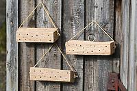 Wildbienen-Nisthilfe aus Holz, Längsholz, Hartholz. Schritt 3: fertige Holzstücke werden an einer sonnigen Schuppenwand mit Dachüberstand aufgehängt. Wildbienen-Nisthilfen, Wildbienen-Nisthilfe selbermachen, selber machen, Wildbienenhotel, Insektenhotel, Wildbienen-Hotel, Insekten-Hotel