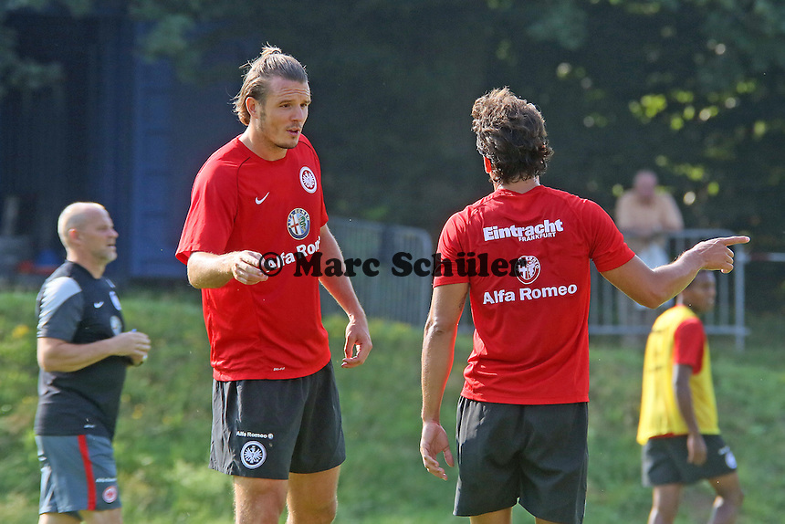 Neuzugang Nelson Valdez holt sich Tipps bei Alex Meier (Eintracht)