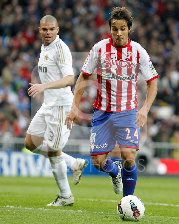 Real Madrid's Pepe (l) and Sporting de Gijon's Oscar Guido Trejo during La Liga match.April 14,2012. (ALTERPHOTOS/Acero)