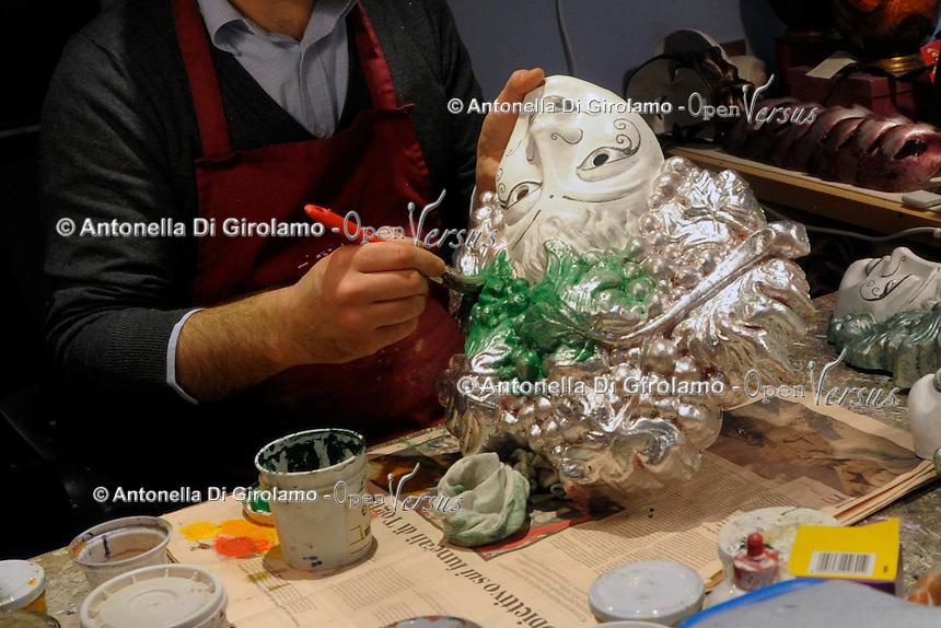 Masksvenice.<br /> Lavoratore artigiano nel laboratorio di Alberto Sarria, produzione di maschere tradizionali veneziane eseguite e decorate a mano. <br /> Masksvenice. <br /> Artisan worker in the laboratory of Alberto Sarria, production of traditional Venetian masks made and decorated by hand.