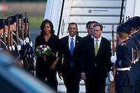 Berlin, der US-amerikanische Praesident Barack Obama, seine Frau Michelle und Aussenminister Guido Westerwelle (FDP) am Dienstag (18.06.13) am Flughafen Tegel in Berlin vor einem Flugzeug der US-Airforce. Foto: Steffi Loos/CommonLens