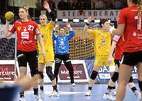 Handball Frauen / Damen  / women 1. Bundesliga - DHB - HC Leipzig : Frankfurter HC - im Bild: Abwehrszene - Sara Eriksson (l.) , Julia Plöger (m.) und Anne Müller  . Foto: Norman Rembarz .