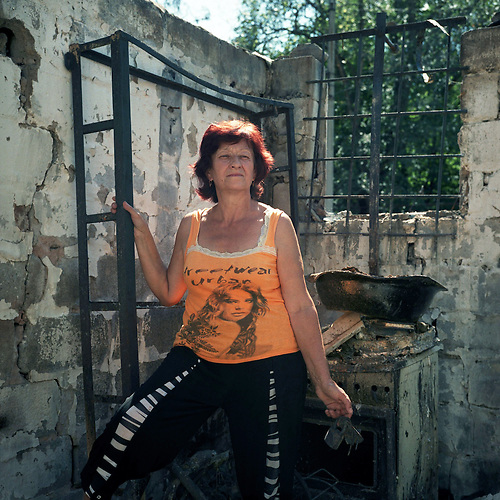 Lidiya Sheligon, 65, vor ihrer zerst&ouml;rten Wohnung in Nikolaevka. <br />