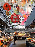 Rotterdam- De Markthal te Rotterdam is een woon- en winkelgebouw met inpandige markthal, gesitueerd bij Blaak. De opening vond plaats op 1 oktober 2014 . Groente en fruit