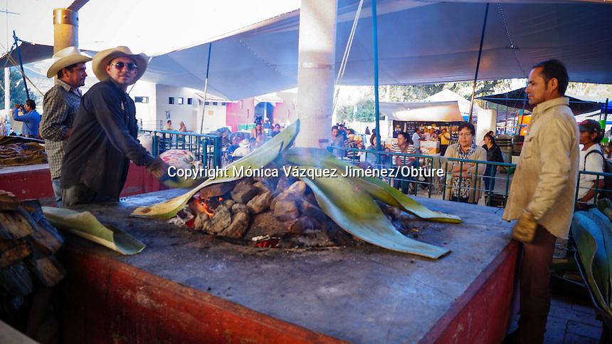 Querétaro, Qro. 27 de septiembre de 2015.-El proceso de la Barbacoa y el pulque se distinguen por ser laborioso, pero también por formar parte de la herencia cultural de nuestros antepasados.
