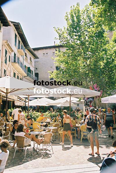 Pavement cafes at the main square in S&oacute;ller<br /> <br /> Cafeter&iacute;as de terraza en la Plaza de la Constituci&oacute;n en S&oacute;ller<br /> <br /> Stra&szlig;encaf&eacute;s auf dem Hauptplatz von S&oacute;ller<br /> <br /> 1840 x 1232 px<br /> Original: 35 mm