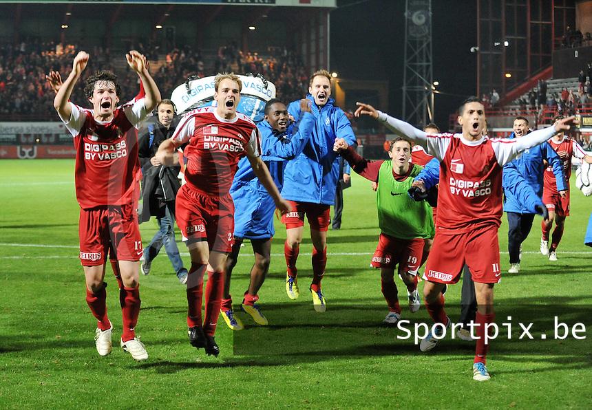 KV Kortrijk - Club Brugge KV : vreugde bij Gertjan De Mets , Brecht Capon en ploegmaats na de overwinning.foto VDB / BART VANDENBROUCKE