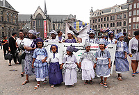 Nederland  Amsterdam - 2018.  Memre Waka optocht door de stad. Op 1 juni wordt in Amsterdam met de herdenkingstocht Memre waka de jaarlijkse Keti koti-maand geopend, die op 1 juli eindigt met de viering van de afschaffing van de slavernij (1 juli 1863). Deze mars wordt georganiseerd door stichting Eer en Herstel en vereniging Opo Kondreman, in samenwerking met onder meer NINSEE en de Black Heritage Tours.  Foto mag niet in negatieve / schadelijke context gepubliceerd worden.   Foto Berlinda van Dam / Hollandse Hoogte.