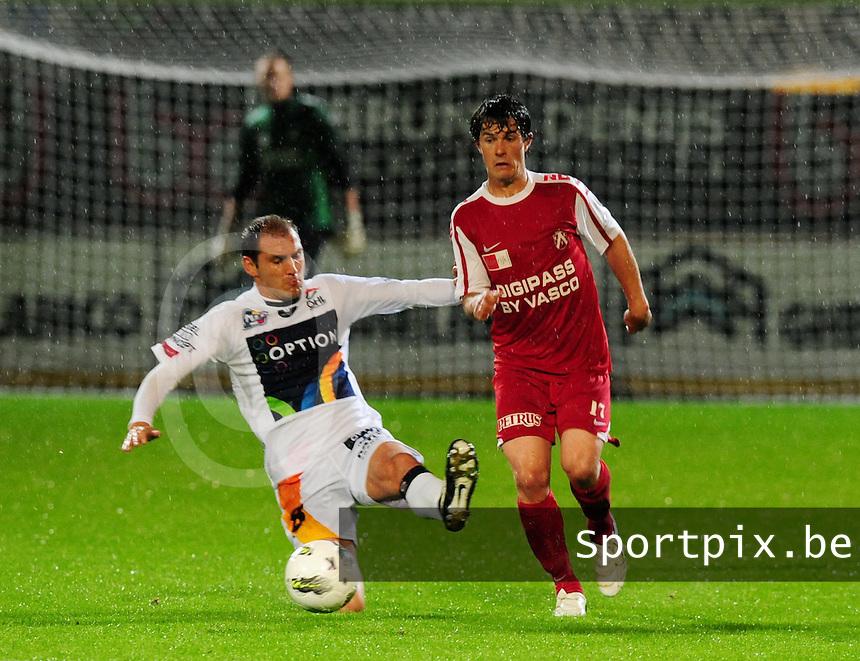 KV Kortrijk - OH Leuven : Maxime Annys met de voet vooruit naar de knie van Gertjan De Mets.foto VDB / BART VANDENBROUCKE