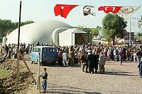 """Nach dem Erdbeben im August in der Tuerkei leben tausende Menschen in Zeltlagern und Behilfszelten.<br /> Die Hilfsorganisation """"Kinder haben Rechte"""" hat in der Ortschaft Yuvacik-Koey eine Traglufthalle aufgebaut, die fuer die Kinder als Schulhaus dienen soll, da nicht klar ist, ob und wann die Regierung ein neues Schulhaus errichtet.<br /> Hier: Kinder aus dem Ort und der Umgebung sind zur Eroeffnung ihrer """"Ballon-Schule"""" gekommen.<br /> 14.10.1999, Yuvacik-Koey/Tuerkei<br /> Copyright: Christian-Ditsch.de<br /> [Inhaltsveraendernde Manipulation des Fotos nur nach ausdruecklicher Genehmigung des Fotografen. Vereinbarungen ueber Abtretung von Persoenlichkeitsrechten/Model Release der abgebildeten Person/Personen liegen nicht vor. NO MODEL RELEASE! Nur fuer Redaktionelle Zwecke. Don't publish without copyright Christian-Ditsch.de, Veroeffentlichung nur mit Fotografennennung, sowie gegen Honorar, MwSt. und Beleg. Konto: I N G - D i B a, IBAN DE58500105175400192269, BIC INGDDEFFXXX, Kontakt: post@christian-ditsch.de<br /> Bei der Bearbeitung der Dateiinformationen darf die Urheberkennzeichnung in den EXIF- und  IPTC-Daten nicht entfernt werden, diese sind in digitalen Medien nach §95c UrhG rechtlich geschützt. Der Urhebervermerk wird gemaess §13 UrhG verlangt.]"""