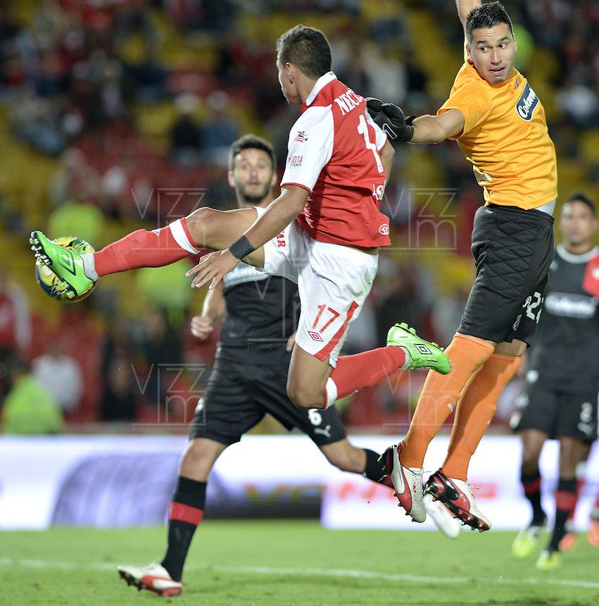 BOGOTÁ -COLOMBIA, 29-09-2013. Juan D. Roa (I) de Santa Fe disputa el balón con Andres Catellanos (D) del Medellín durante partido  por la fecha 12 de la Liga Postobon II 2013 disputado en el estadio el Campín de la ciudad de Bogotá./ Santa Fe player Juan D. Roa (R) fights for the ball with Medellin player Andres Castellanos (L) during match of the 12th date for the Postobon League II 2013 played at El Campin stadium in Bogotá city. Photo: VizzorImage/Gabriel Aponte/STR