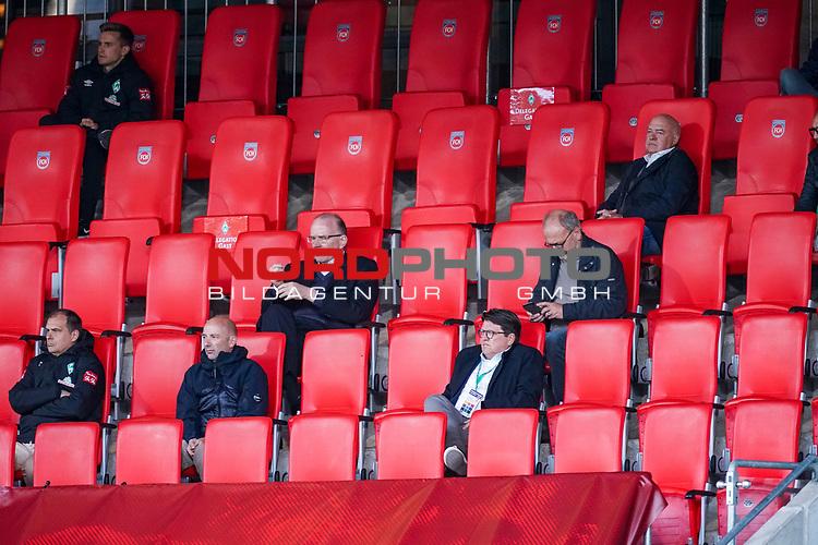 Bremer VIP Gaeste, Klaus Filbry (Vorsitzender der Geschäftsführung / Kaufmännischer Geschäftsführer SV Werder Bremen), Dr. Hubertus Hess-Grunewald (Geschäftsführer Organisation & Sport SV Werder Bremen), Marco Fuchs (Mitglied des Aufsichtsrats SV Werder Bremen), Jens Vaassen ( SV Werder Bremen / Mannschaftskoch), oben li Johannes Eggestein (Werder Bremen #24)<br /> <br /> <br /> Sport: nphgm001: Fussball: 1. Bundesliga: Saison 19/20: Relegation 02; 1.FC Heidenheim vs SV Werder Bremen - 06.07.2020<br /> <br /> Foto: gumzmedia/nordphoto/POOL <br /> <br /> DFL regulations prohibit any use of photographs as image sequences and/or quasi-video.<br /> EDITORIAL USE ONLY<br /> National and international News-Agencies OUT.
