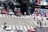 Campinas (SP), 09/04/2020 - Covis-19/Movimentação nas ruas - Movimentação de pedestres e veiculos nesta quinta-feira (9), na região central da cidade de Campinas, interior de São Paulo, mesmo com as recomendações de evitar sair de casa e aglomeramentos muitos pessoas são vistas circulando pela cidade.
