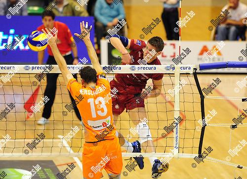 2014-10-29 / Volleybal / seizoen 2014-2015 / Topvolley Antwerpen - Asse-Lennik / Floris Van Rekom (Antwerpen) jaagt de bal voorbij het blok van Verschueren<br /><br />Foto: mpics.be