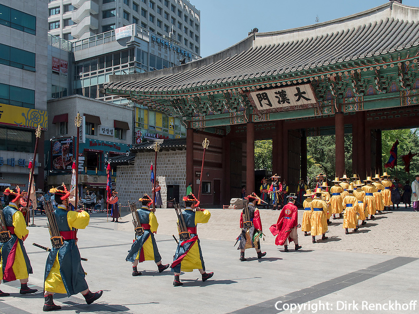 Wachabl&ouml;sung in tradionellen Uniformen am Daehanmun Tor zum Palast Deoksugung in Seoul, S&uuml;dkorea, Asien<br /> Changing of the guard in traditional Uniforms at Daehanmun gate of palace Deoksugung, Seoul, South Korea, Asia