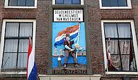 Brielle. Bevrijdingsdag op 1 april: Op deze  dag in 1572 verschenen de Watergeuzen voor de Noordpoort van Den Briel en eisten de overgave van de havenstad. Cafe met gevelsteen Geuzengesticht