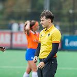 BLOEMENDAAL  - scheidsrechter Merijn  Goezinne,  tijdens de hoofdklasse competitiewedstrijd vrouwen , Bloemendaal-Pinoke (1-2) . COPYRIGHT KOEN SUYK