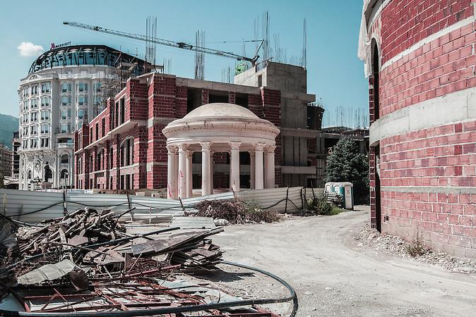 (mitte:) Gazebo steht auf dem Mazedonien Platz Aus Mangel an Sinn und Zweck dieser dekorativen Anlage auf dem Platz wurde es oft als Beispiel f&uuml;r die schlechte Planung von &bdquo;Skopje 2014&ldquo; genommen. Obwohl es urspr&uuml;nglich als Ort f&uuml;r Erholung und Entspannung gebaut wurde, ist es nun in erster Linie ein Ort, an dem junge Neuverm&auml;hlte ihre Fotos nach dem Standesamt machen sollen.<br /><br />(in the middle) Gazebo placed on Macedonia Square. The lack of meaning and purpose of this decorative facility on the square were often pointed out as an example of the poor planning of &ldquo;Skopje 2014&rdquo;. Although it was initially announced as a venue for leisure and relaxation, it is now seen mainly as a place where young newly-weds have their photos taken immediately after marrying in the Registry Office.<br /><br /><br />Mega-Bauprojekt &quot;Skopje 2014&quot;